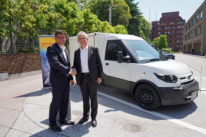 ストリートスクーターの前でDHLサプライチェーンのアルフレッド・ゴー社長とドイツDHLのトーマス・キップ コーポレート・インキュベーション エグゼクティブ・ヴァイス・プレジデント
