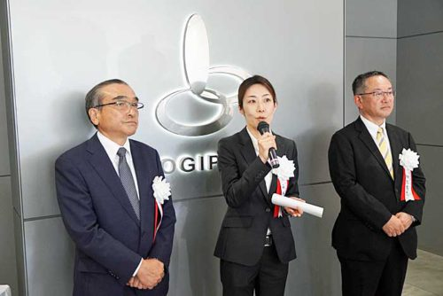 ラサール不動産投資顧問の永井執行役員(中央)、三菱地所の細包常務(右)、NIPPOの橋本専務(左)
