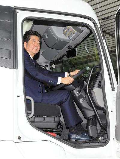 トラックに乗車する安倍総理(首相官邸)