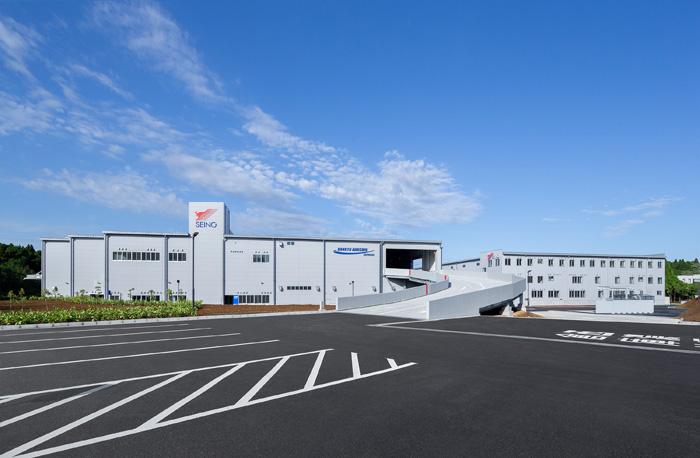 (左)倉庫棟(右)ターミナル棟