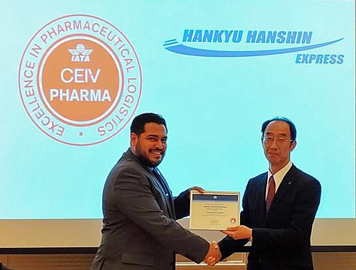 CEIV Pharma 認証を手にIATAのリカルド・アイトケン コンサルティングマネージャ-(左)と阪急阪神エクスプレスの谷村和宏社長