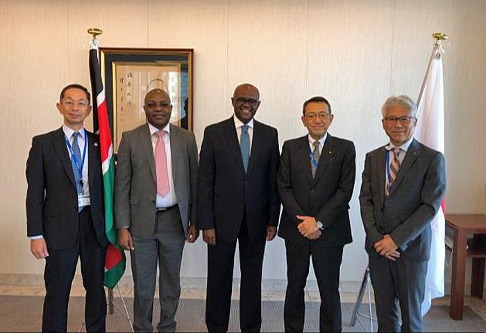 (中央がソロモン K. マイナ特命全権大使、左から2番目がフェスタス M. ワングェ公使参事官