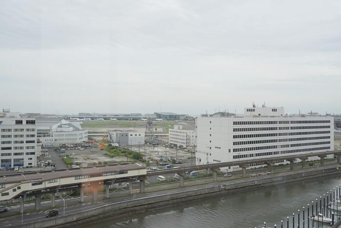 海老取川を挟んで対岸には東京モノレールの整備場駅