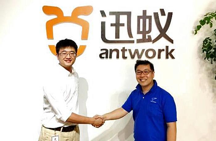 左からANTWORKのLei Zhang CEOとブルーイノベーションの熊田 貴之社長