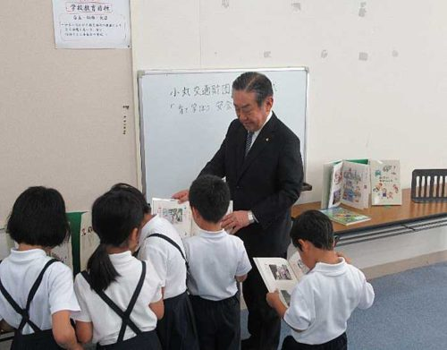 20190718fukutsu2 500x391 - 福山通運/広島県府中市の小学校など8校へ交通安全教本を寄贈