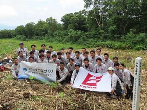 20190722fuji 500x375 - フジトランス/北海道の社有林で新入社員が植樹活動
