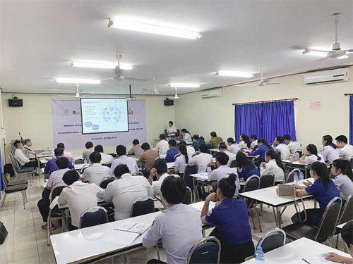 ラオス国立大学での講義