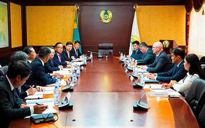 カザフスタン共和国政府との会談の様子