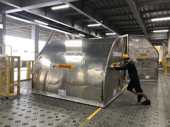 DHL施設に到着したラグビーワールドカップ参加国チームの貨物を積載したコンテナ