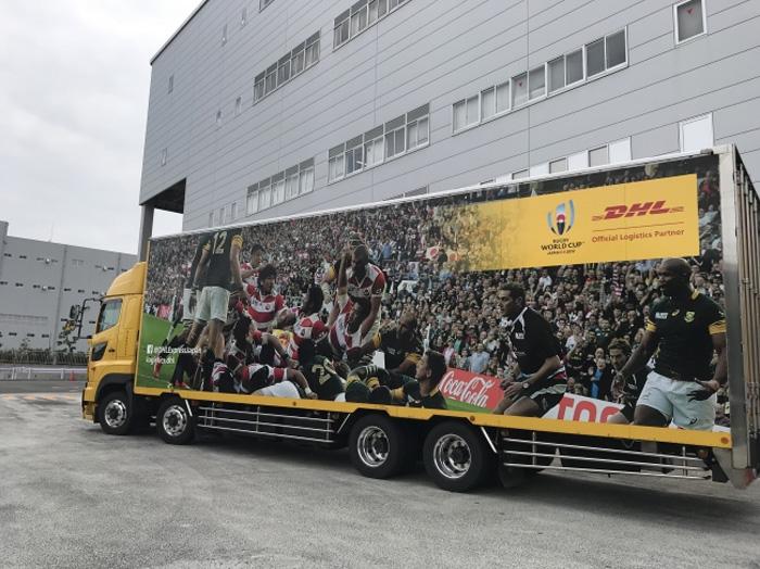 DHLが導入した、RWC 2019特別デザインの10トントラック