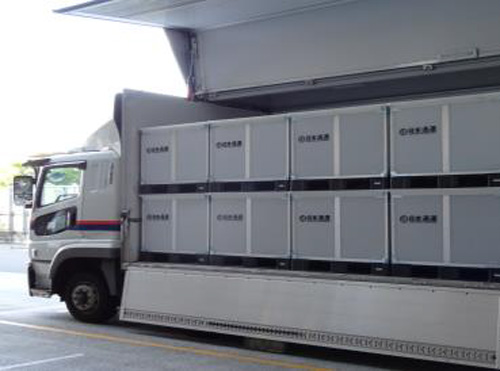 大型トラックへの積載の様子