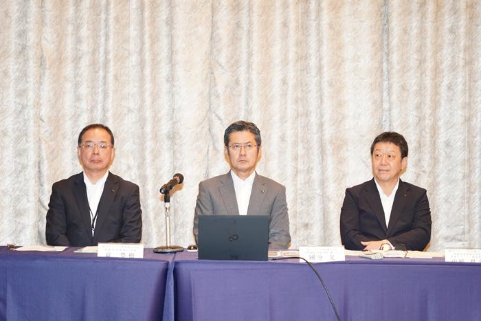 左から国分西日本の碇豊樹社長、国分グループ本社國分晃社長、山崎佳介取締役常務執行役員