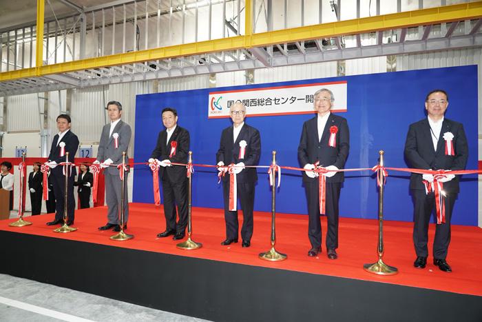 関西総合センター竣工式でのテープカット。193社255名が集まった