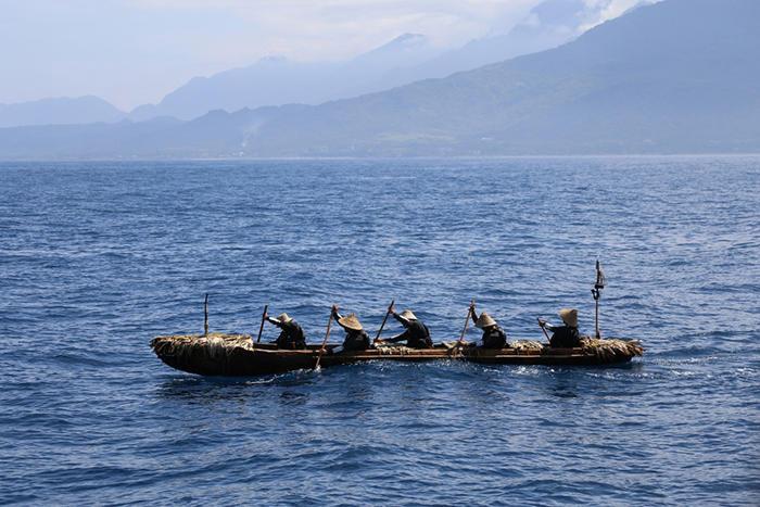 航海中の丸木舟(写真提供:国立科学博物館「3万年前の航海 徹底再現プロジェクト」