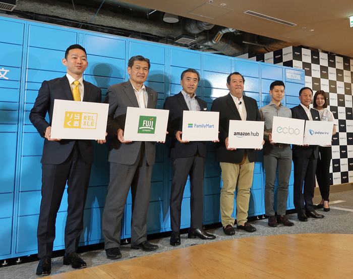 左から4番目がアマゾンジャパンのジェフ ハヤシダ社長、左から3番目がファミリーマートの澤田貴司社長