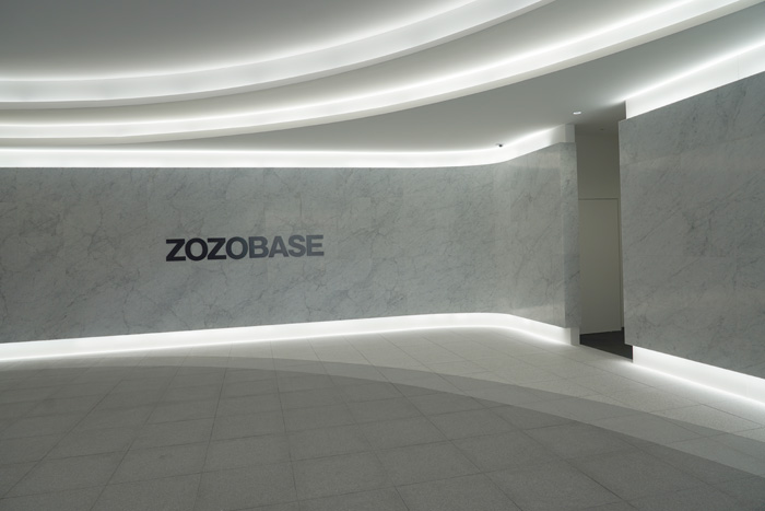 エントランスは白基調にZOZOBASEのロゴ