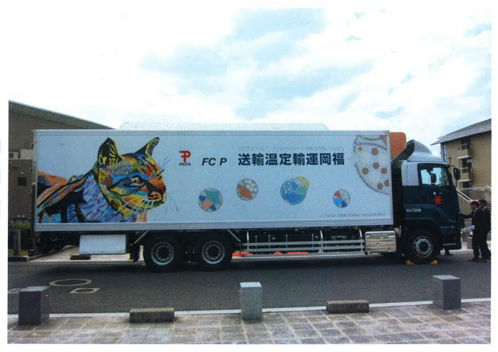トラックに描かれた北村彰吾さんの猫の作品