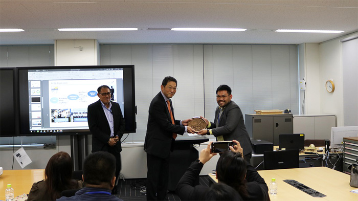 記念品を受領する技術本部統轄グループ グループ長の髙橋正裕(中央)
