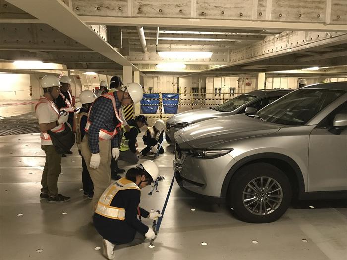 カーゴホールドの見学(ラッシングベルトで自動車を固定する作業を体験