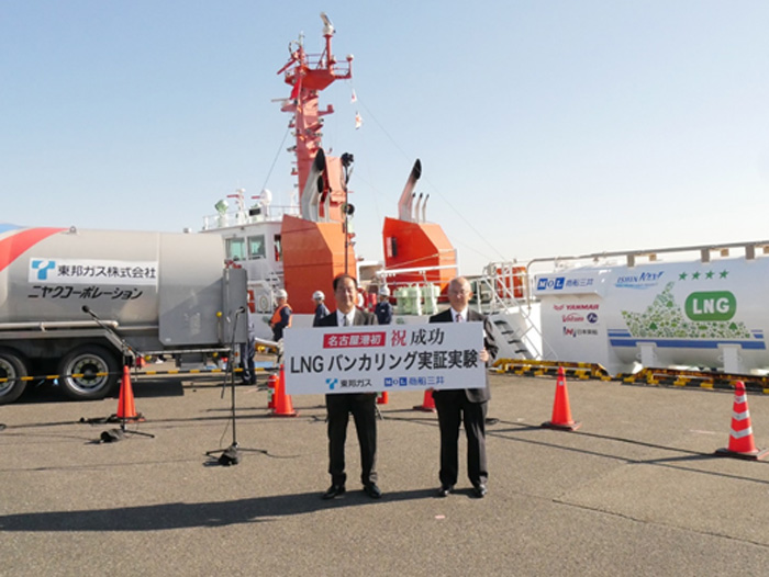 左から東邦ガスの丹羽慎治副社長、商船三井の橋本剛副社長