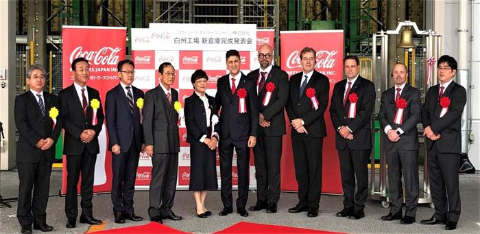 竣工式に参加した中央左から、北杜市の渡辺 英子市長、コカ・コーラ ボトラーズジャパンのカリン・ドラガン社長