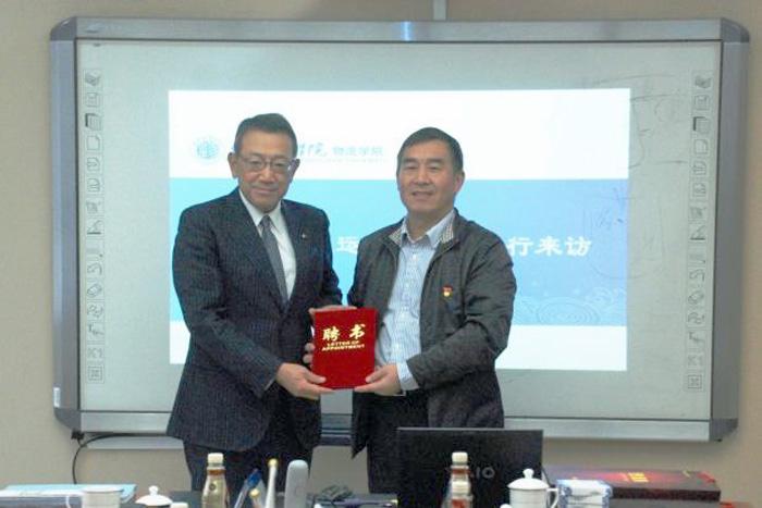 北京物資学院の何副校長(右)と齋藤社長