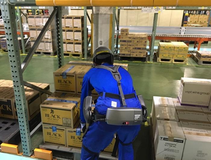 サポートジャケットEp+ROBOを着用して作業する様子(アサヒビール 吹田工場内