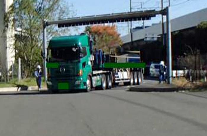 東京国道事務所辰巳車両取締基地の特殊車両の引込み風景