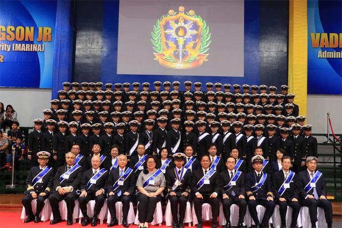卒業した第9期生119人との集合写真