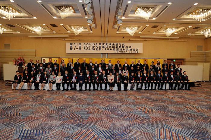 栗和田 榮一理事長と受賞者の記念撮影の様子