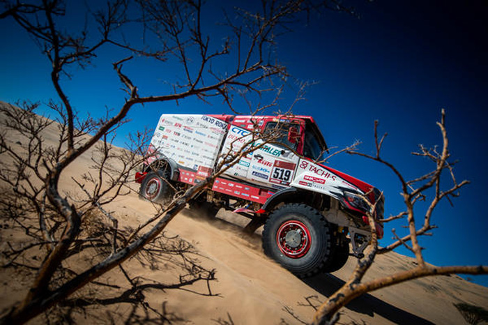 砂漠を快走する2号車