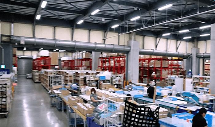 倉庫内の作業風景