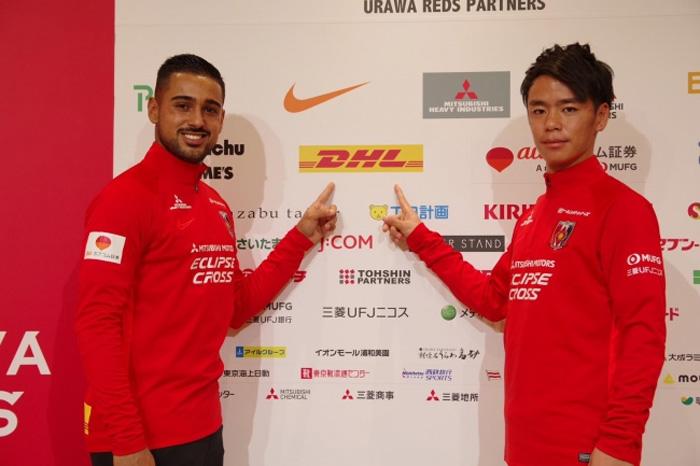 2020年シーズンから浦和レッズに新加入する、 レオナルド選手(左)と伊藤涼太郎選手(右)。 報道陣の前で浦和レッズのウエアに袖を通し、今シーズンの意気込みを語った