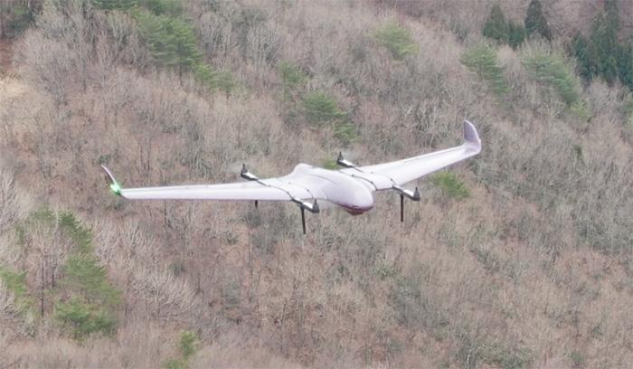 飛行中の小型固定翼ドローン