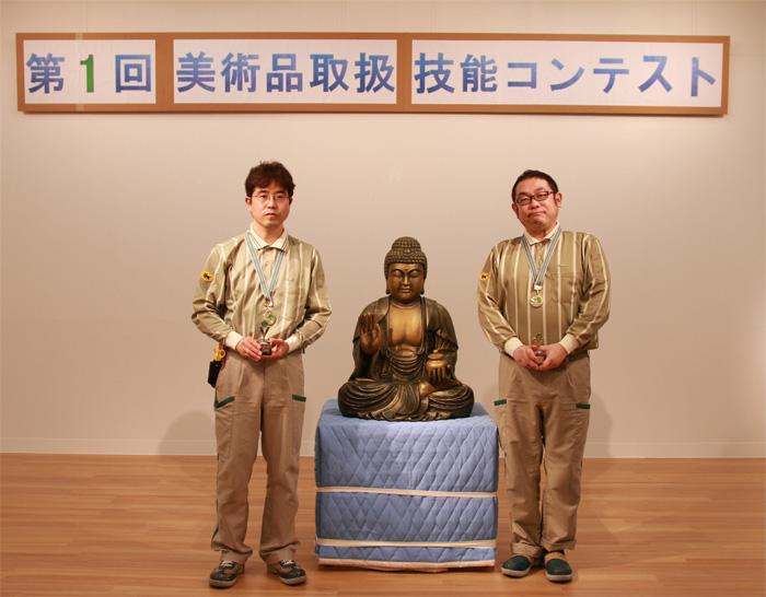 第1位を受賞した名田(左)、江見(右)チーム