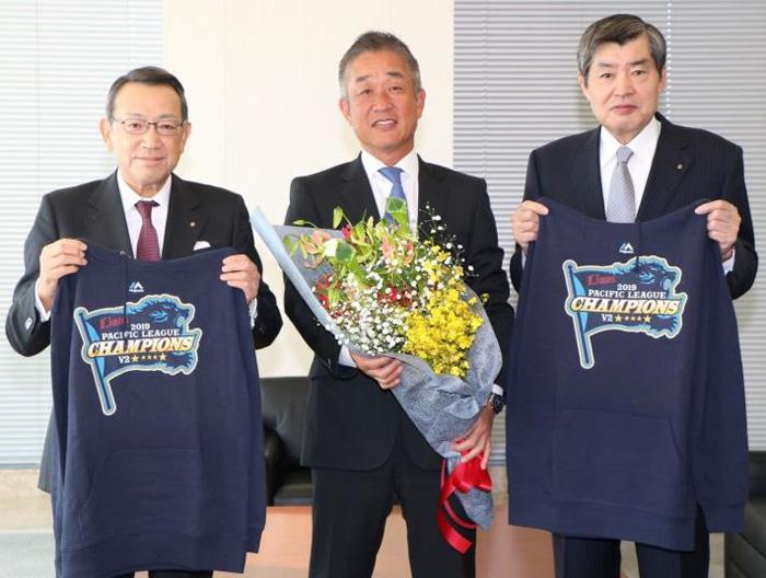 連覇を報告する辻監督(中央)と渡邉会長(右)、 齋藤社長(左)