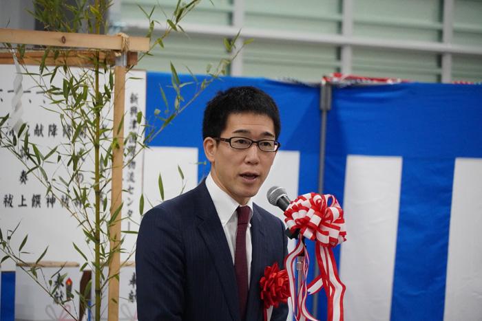竣工式であいさつする鈴与の鈴木健一郎社長