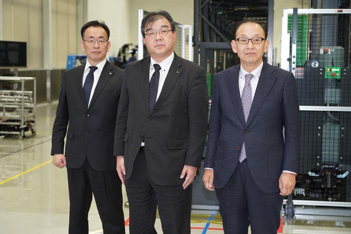 右からトヨタL&Fカンパニーの水野陽二郎プレジデント、日通の中野部長、トヨタL&FカンパニーR&Dセンターの一条恒センター長
