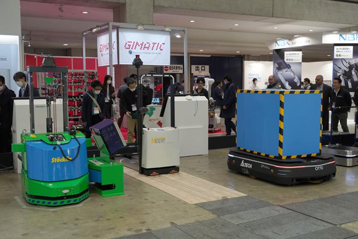 自律走行型ロボットを各種揃え展示デモ