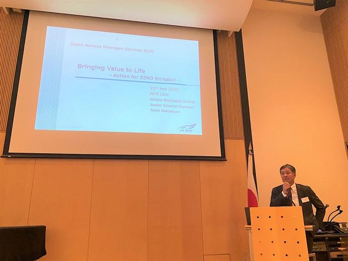 講演を行う日本郵船グリーンビジネスグループ中村利(とし)グループ長
