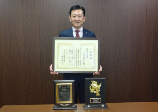 表彰状を手にする名古屋支店の古江執行役員