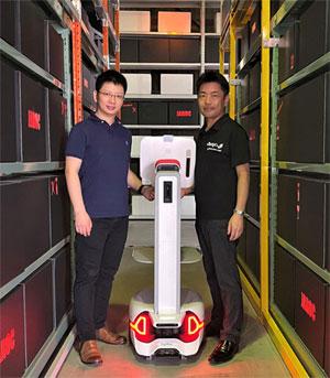 Syriusを挟んでジャロックの斎藤社長(右側)と炬星科技の蒋超 Adam Jiang CEO
