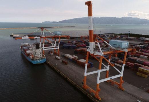 実証実験場所の鹿児島県志布志港の港湾クレーン