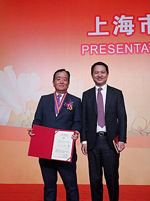 杉山常務執行役員(左)と上海市外商投資協会の黄峰会長(右)