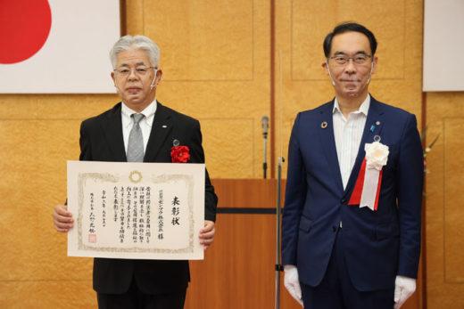 表彰式でSBSゼンツウの近藤社長(左)と埼玉県の大野知事