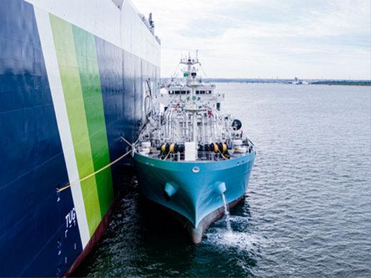 真正面から見たLNG燃料供給の様子