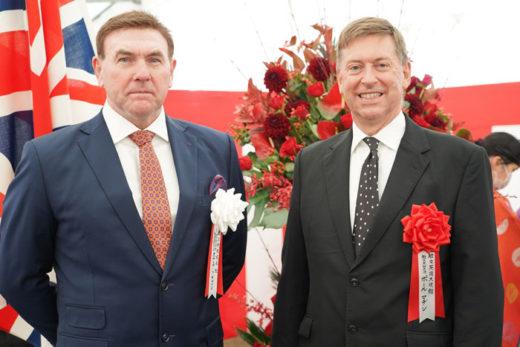 ESRのスチュアート・ギブソンCEO(左)と英国のポール・マデン駐日大使