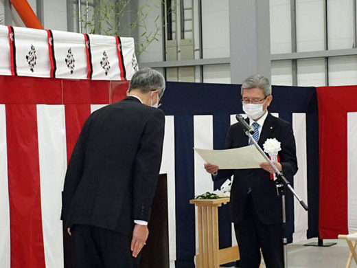 感謝状を贈呈する石井副社長