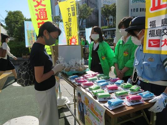 20210922hukuyama1 - 福山通運/大阪でも交通事故なしへ「梨」配布