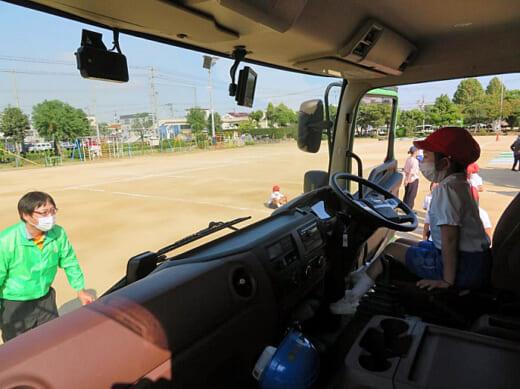 20211008fukutsu1 520x389 - 福山通運/岡山県倉敷市の小学校でトラック交通安全教室開催